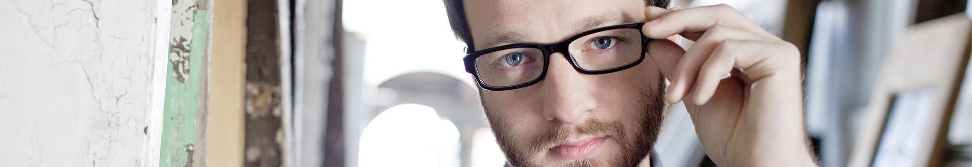 O acessório que fará a diferença no seu olhar  confira nossa linha  exclusiva para óculos masculinos. d97b6fa6b1